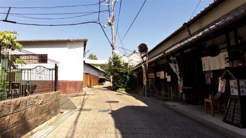 高野街道、三佳屋の前
