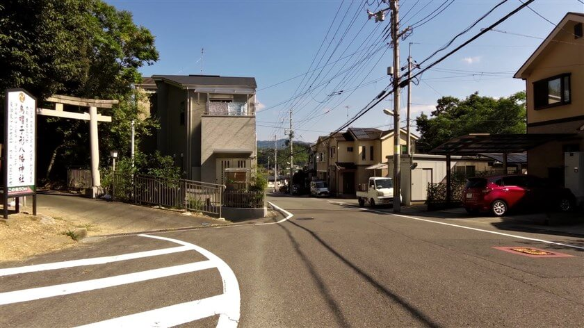 少し下ると、烏帽子形八幡神社への参道がある