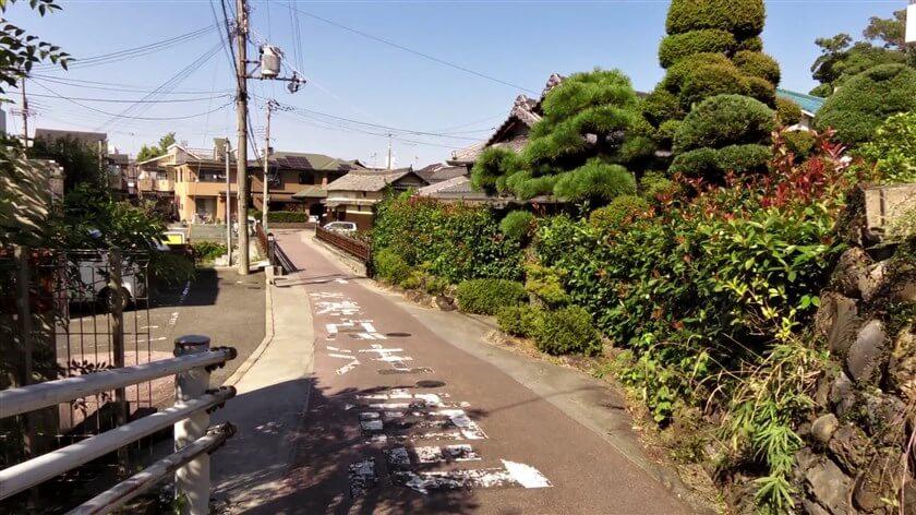 高野街道、石川に架かる舊西條橋(きゅうさいじょうばし)に出る
