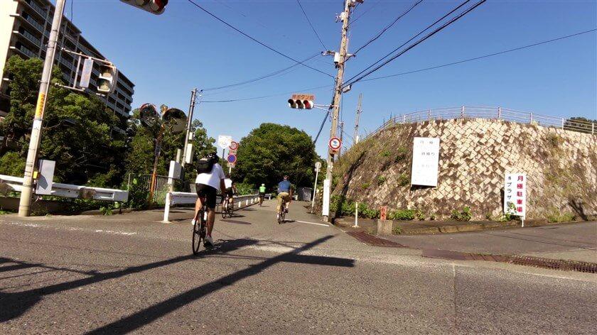 石川を渡り、国道310号線の信号を越えて河内長野市末広町へ