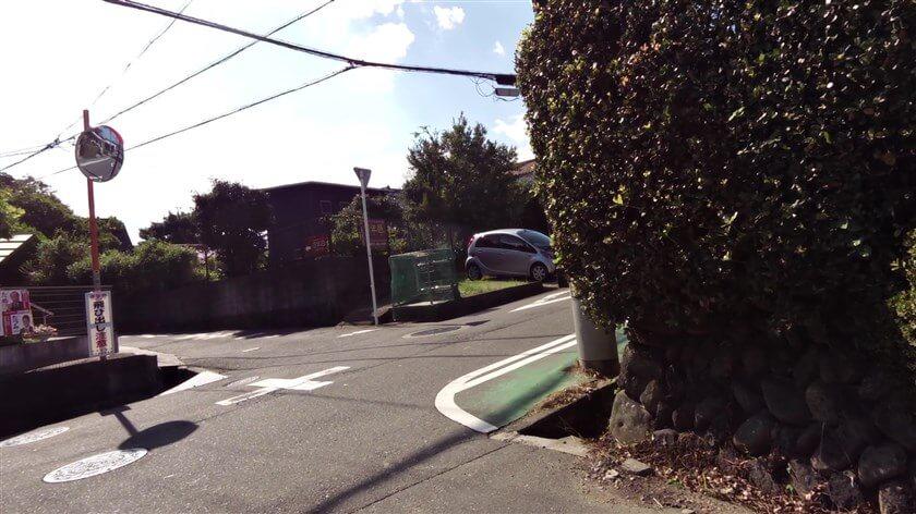 東高野街道を河内長野方面に向かっていると、近鉄長野線の「汐ノ宮」駅方面から登ってくる道と交差する