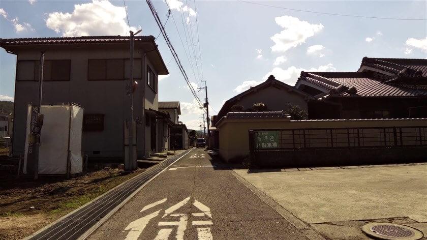 この交差点を南に少し進んだところで、「百年邑 駐車場」という看板が目の前に現れる