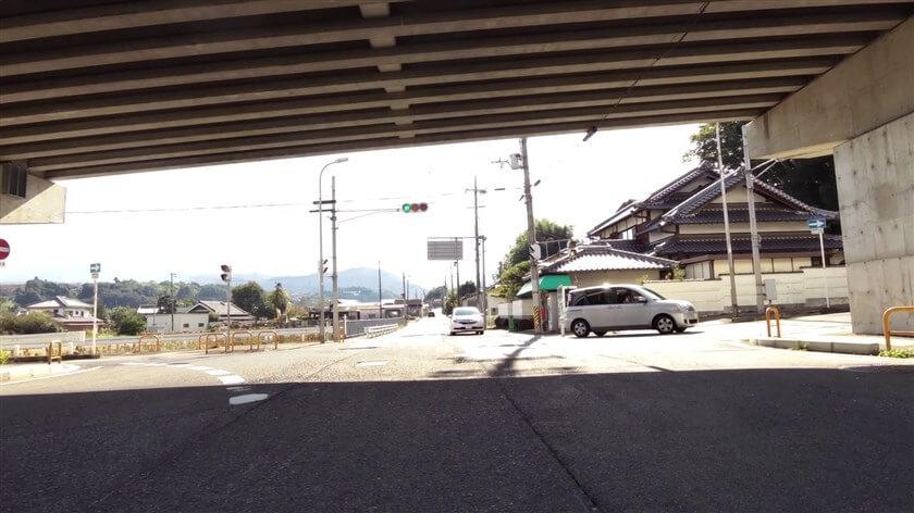 R371との交差点、かつらぎ跨道橋下の信号で右折