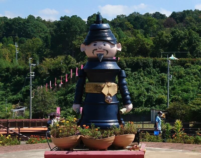 「道の駅 奥河内くろまろの郷」にある「高向玄理(たかむこのくろまろ)」の像