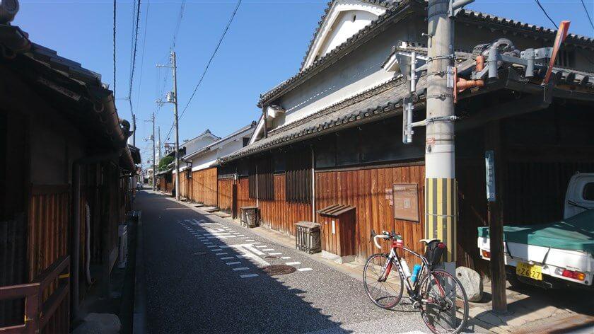 亀ケ坂筋を進むと右手角に「佐藤家住宅」がある