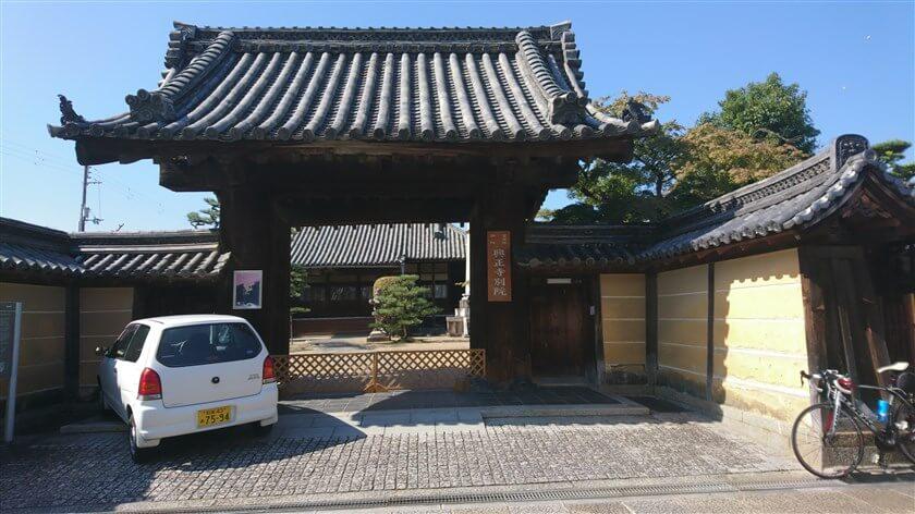 城之門筋との交点を左に入ると「興正寺別院」がある