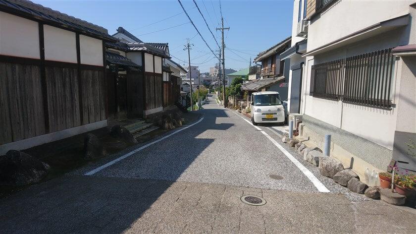 東高野街道は、富筋の突き当りを右手に下り、富田林高校の方面に向かう