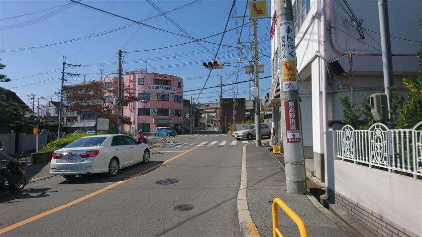 近鉄長野線 川西駅前交差点に出る。電柱には「東高野街道 直進」の看板が掛かっている。