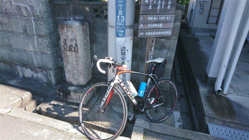 富田林市錦織中1丁目13の角に、「大峰登山満願碑」がある