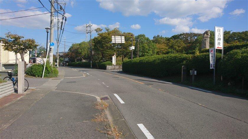 赤嶺市民球場の前を進むと老人ホームの先に、住吉神社への看板がある