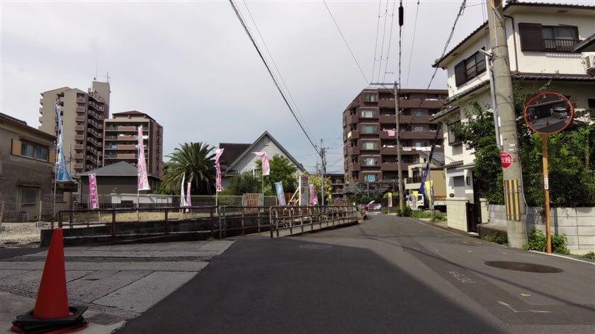 この西に小さな「三坪橋」があり、ここを左折して「東高野街道」を行く