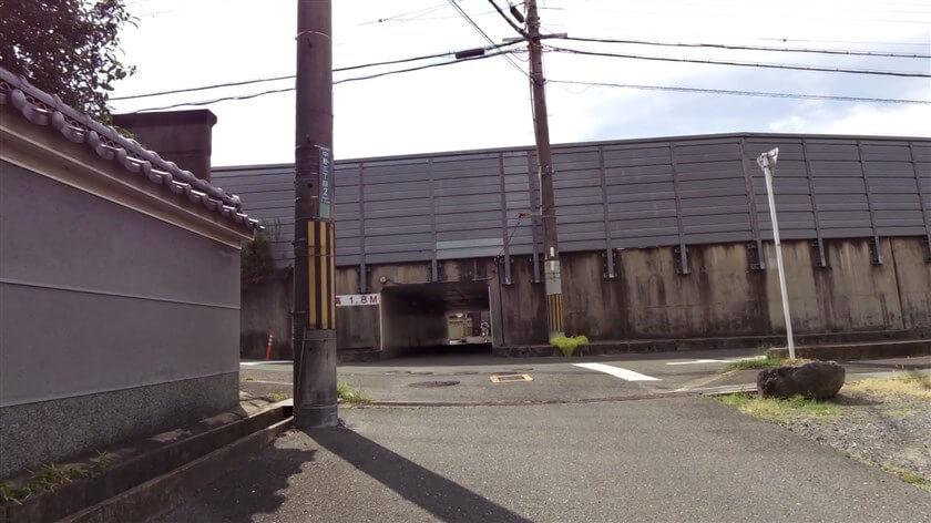 国道163号学研都市連絡道路の下を潜り、旧道に入る