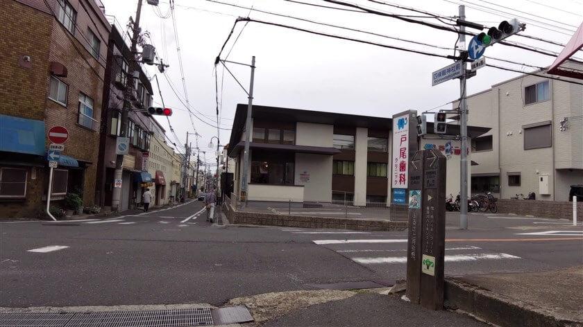 四条畷神社参道との交差点に到着