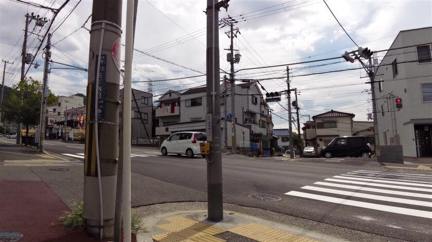 大阪生駒線との信号を渡り、直進する