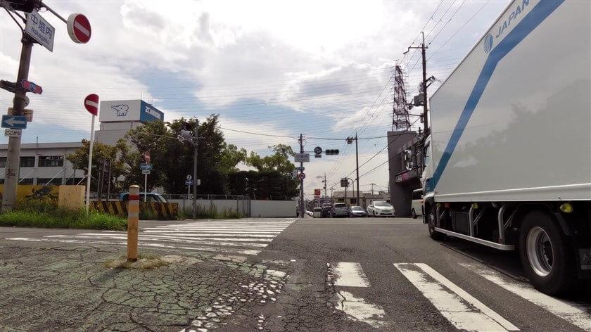 阪奈道路と交差する、「中垣内」交差点
