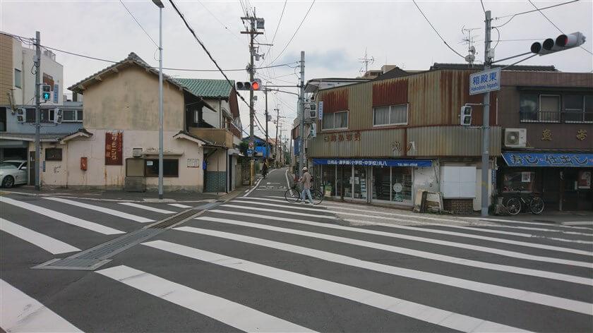 「箱殿東」交差点。「暗峠越え奈良街道」との交差点で、ここを左折すると「酷道(国道)308号線:暗峠」に向かう。