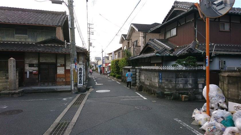 枚岡神社 一の鳥居付近の、東高野街道の様子