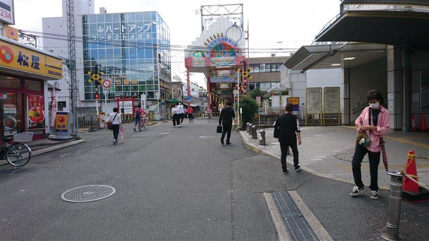 商店街が、踏切でいったん途切れる