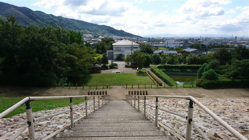 「心合寺山古墳」後方から生駒山系南部を望む