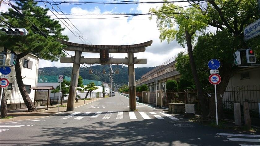信号の左に「玉祖神社一ノ鳥居」がある