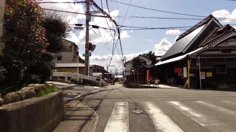さらに南下すると少し上り坂になって、登り切ると左手に「恩智神社鳥居」がある。