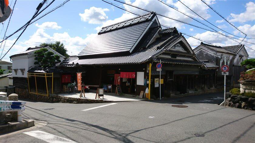 石碑の向かいには、河内木綿の問屋だった古民家を再生した「茶吉庵」があり、「ゆくるカフェ」もある