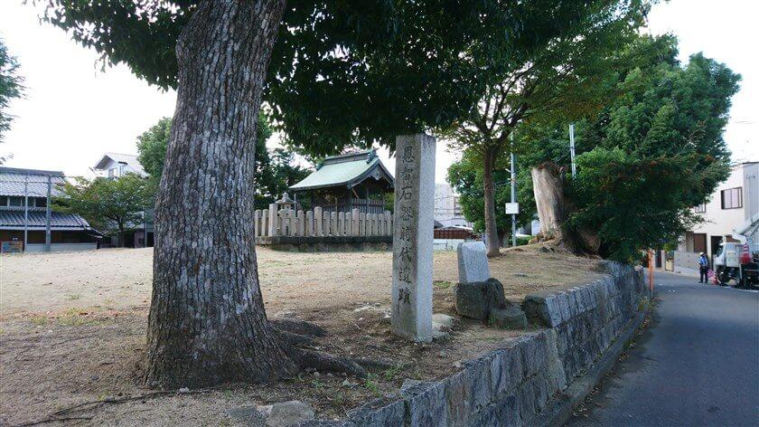この「天王の杜」の脇に、「恩智石器時代遺跡」という石碑がある