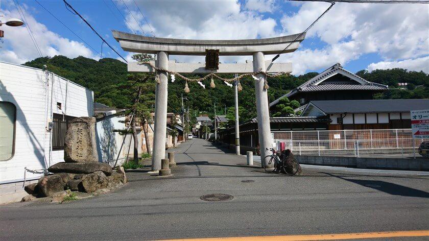 大県の信号手前には、鐸比古鐸比売(ぬでひこ ぬでひめ)神社の鳥居が立っている