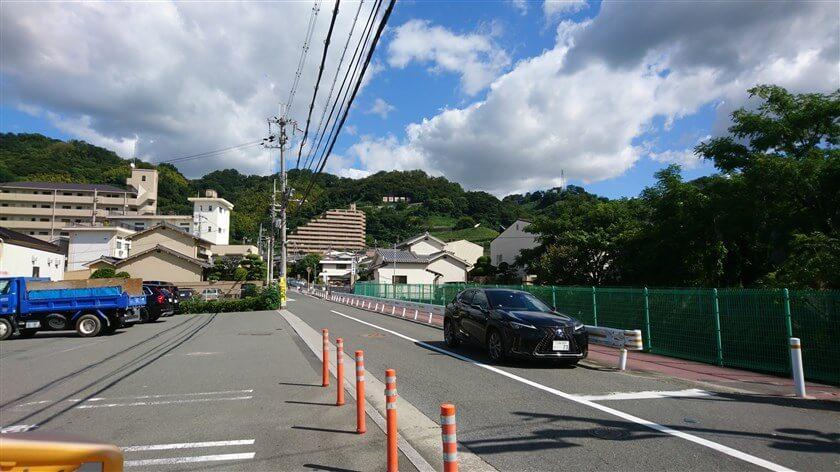 大県南交差点から「柏原ぶどう」の看板を見上げる