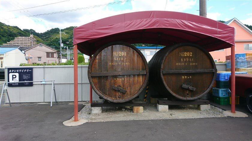 カタシモワイナリー直売所の横にある、大きな樽