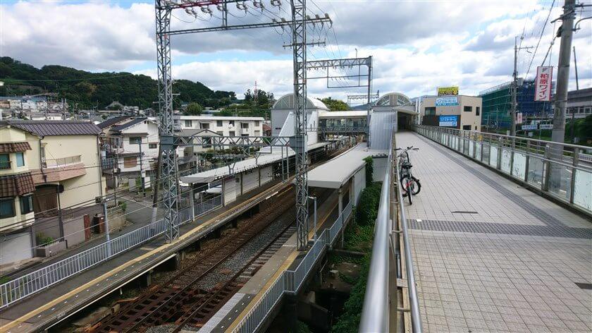 安堂駅、高架からも入れる