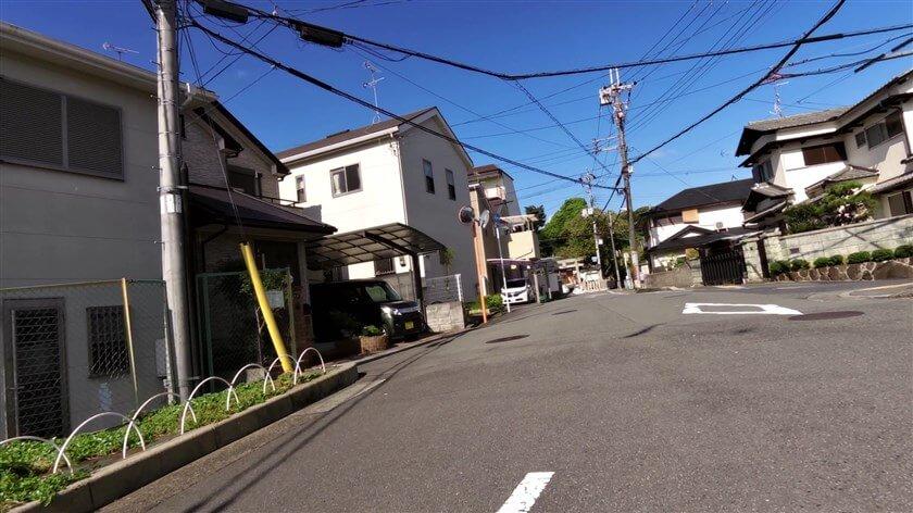 突き当りに、「国府八幡神社(こうはちまんじんじゃ)」がある