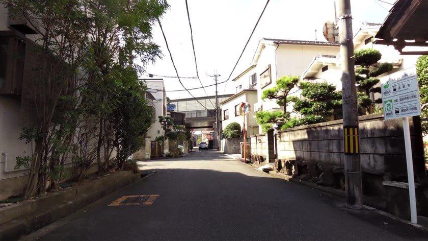 「東高野街道」は、住宅街の中を通って西名阪自動車道の下を潜る
