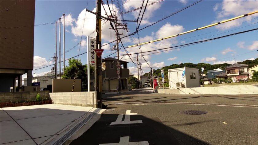 すぐに、国道170号線を横断する地点に出る。信号は無く、一旦停止して前方を見ると「応神天皇陵」が見える