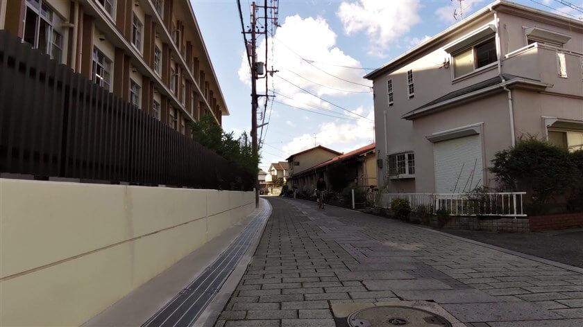 石畳の道になり、羽曳野市立誉田中学校の横を進む