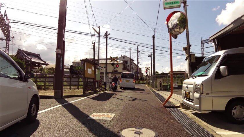 国道170号線を越えると、近鉄南大阪線の踏切がある