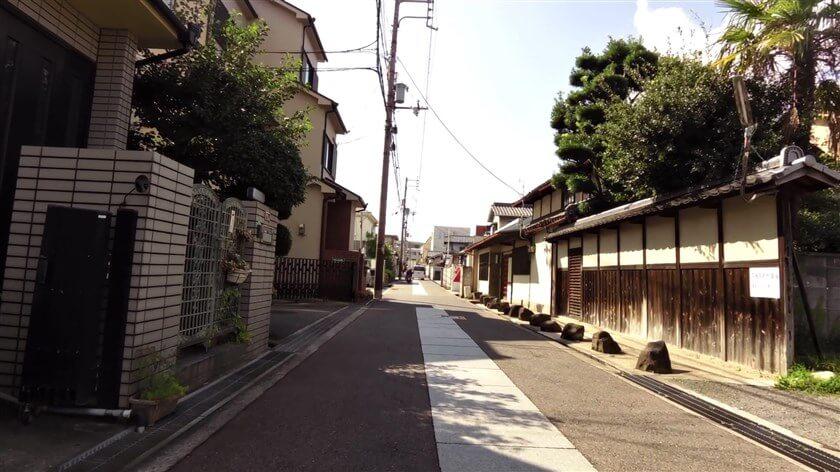 街道は国道、近鉄戦を越え、「古市」に入る。この辺りの道は、両側が赤のカラー舗装で、真ん中にコンクリートタイル板が貼ってある