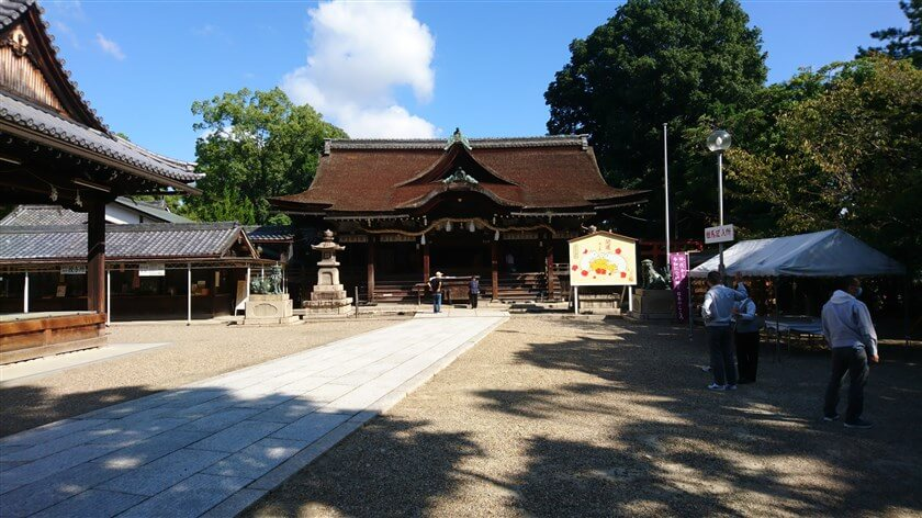 「道明寺天満宮」の拝殿。手前左は、「能楽殿」。