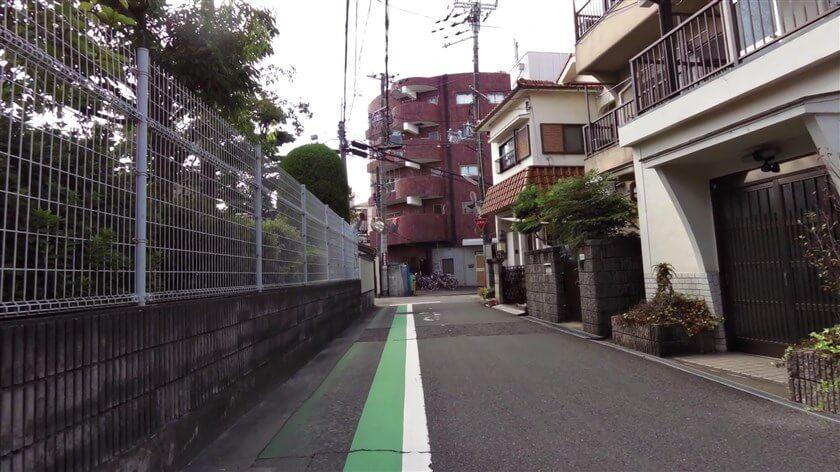 富田林市立喜志小学校の横で、突き当りになる