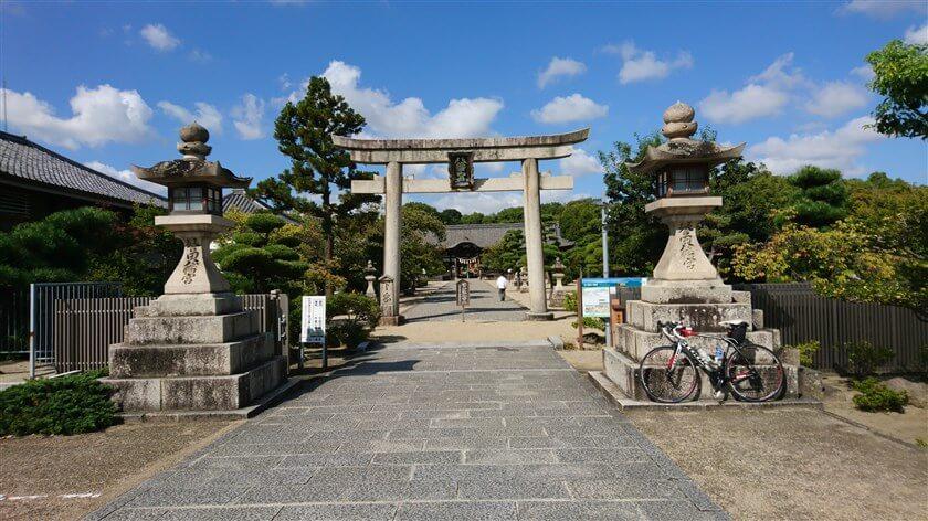誉田八幡宮(こんだはちまんぐう)の参道と鳥居