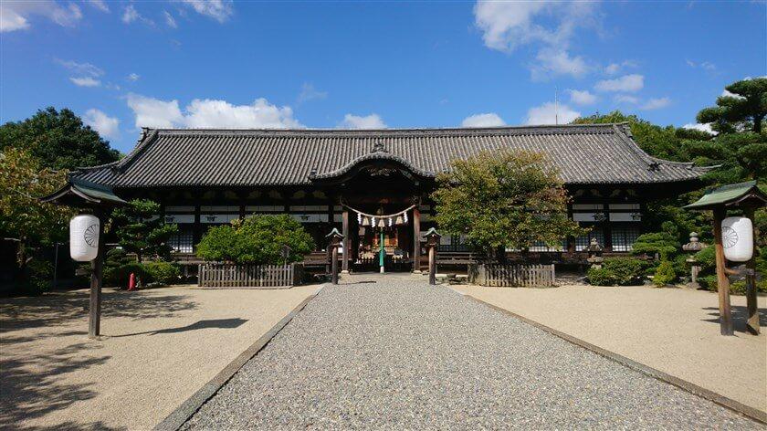 誉田八幡宮(こんだはちまんぐう)の中門と本殿