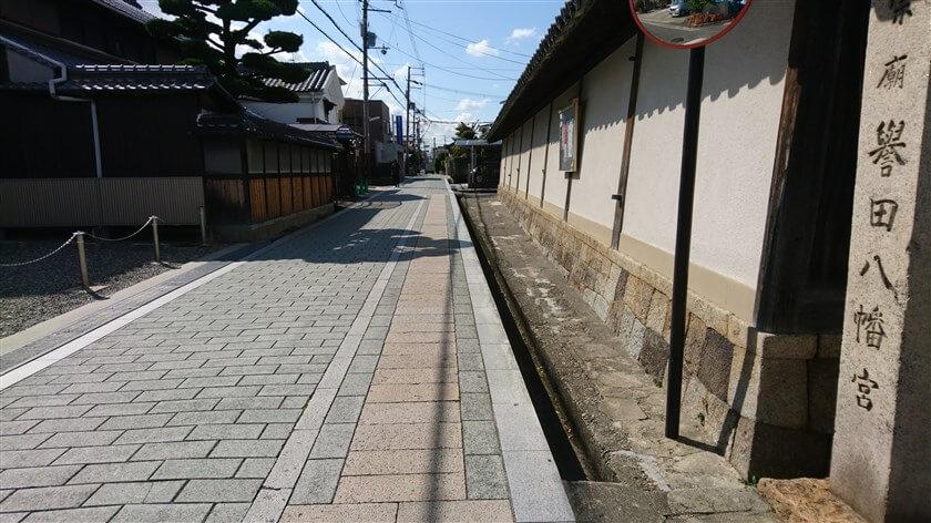 「誉田八幡宮」の白壁に沿って、南に進む