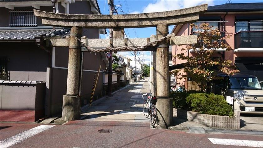 途中で鍵型に屈折している道を進む。屈折後すぐ右に「白鳥神社」の石鳥居が見える。