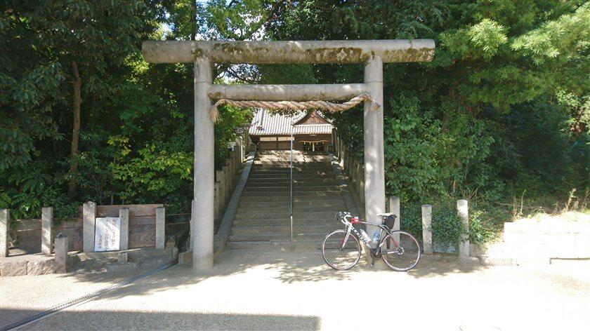 「白鳥神社」正面の二の鳥居