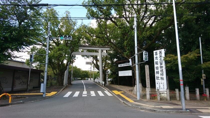 「桜井」の交差点に来ると、右側に「美具久留御魂神社」の鳥居が立っている