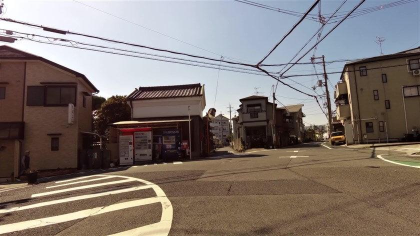 若松町の分岐点。東高野街道は左側の道に入る。