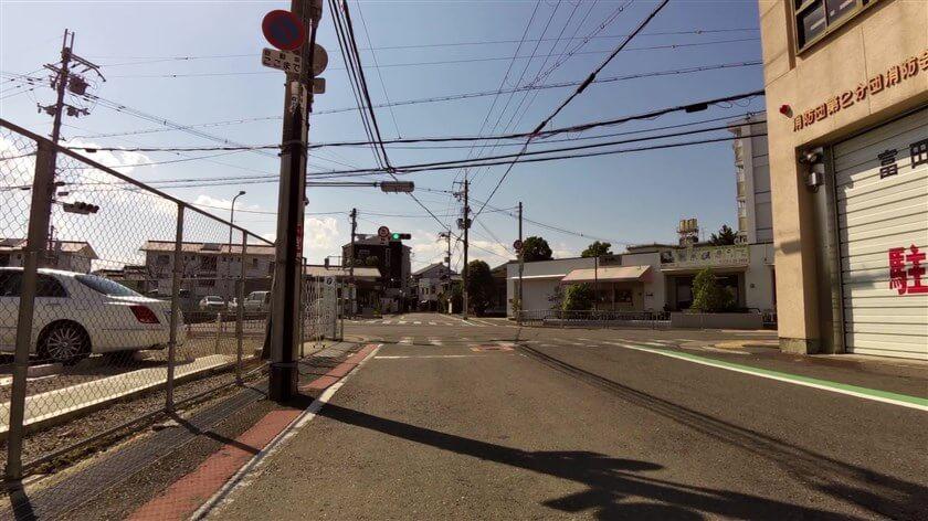 大阪府道705号線との交差点に出る
