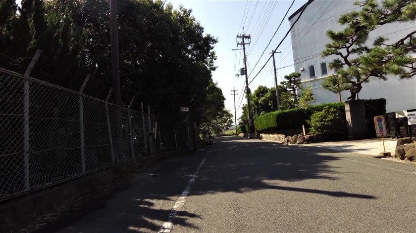 富田林高校の正門前