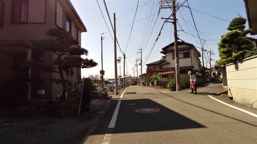 甲田1丁目。東高野街道はこの分岐を右側の道に進むべきだが、工事中だったので左側を行く。