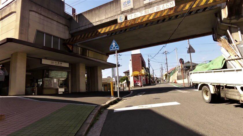 近鉄長野線 川西駅前で線路を潜る